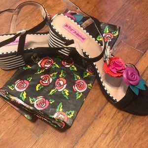 NBW Betsey Johnson flower heeled sandal